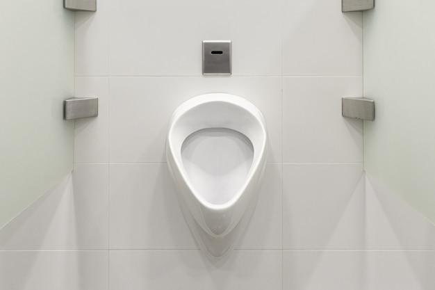 남성 화장실에 배치 된 흰색 변기
