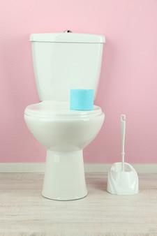 Белый унитаз в ванной комнате