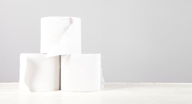 흰색 책상 테이블에 흰색 화장지입니다.