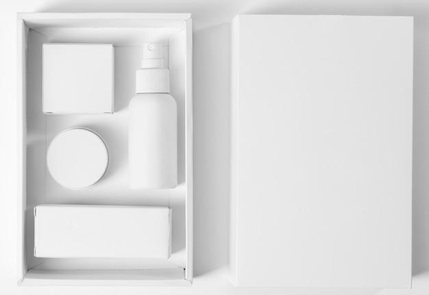 상자에 수염을 손질하기위한 흰색 도구