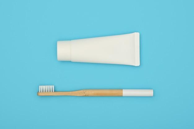 青の白い歯磨き粉と竹の歯ブラシ