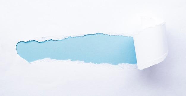 흰색 찢어진 종이. 파란색 복사 공간 내부