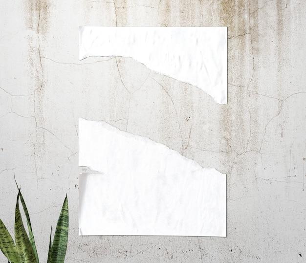 壁に白い破れた紙の質感
