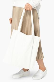 Tote bag bianca abbigliamento di base con spazio di design