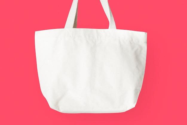 Белая сумка-тоут на розовом фоне