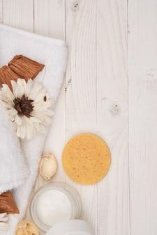Белое полотенце косметика аксессуары для ванной комнаты деревянный фон декорации.