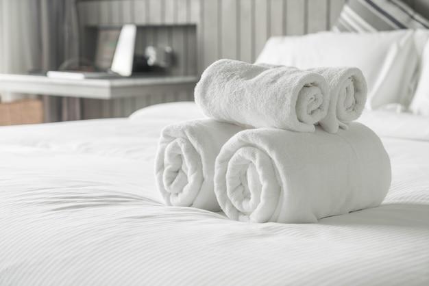 침실 인테리어에 침대 장식에 하얀 수건