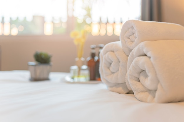 ホテルのお客様用の客室のベッドに白いタオル。スパまたはフィットネスセンターのタオル。