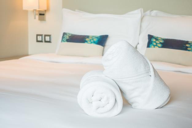 침대에 하얀 수건