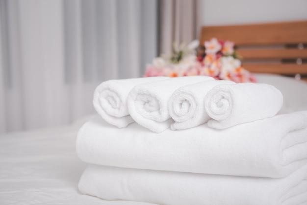 Белые полотенца и красивые цветы франжипани