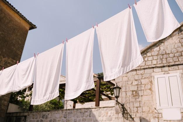 白いタオルは、ペラストモンテネグロの家の間で乾かされます