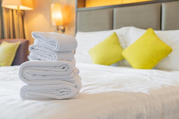 Белые полотенца, сложенные на кровати