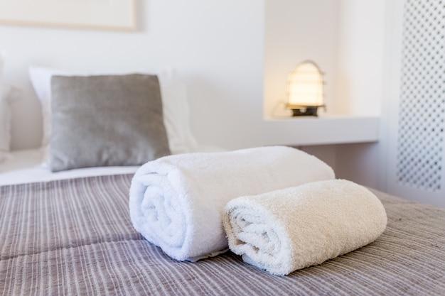 침실에서 침대에 하얀 수건입니다. 확대