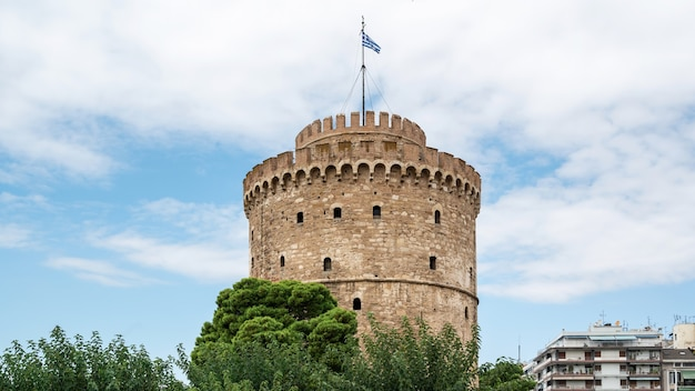 Белая башня в салониках с облаками в греции