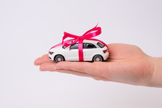 고립 된 한편 핑크 나비 흰색 장난감 자동차