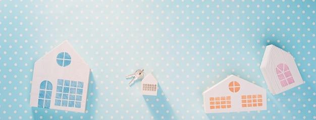 흰색 폴카 도트 배경이 있는 파란색의 흰색 장난감 집