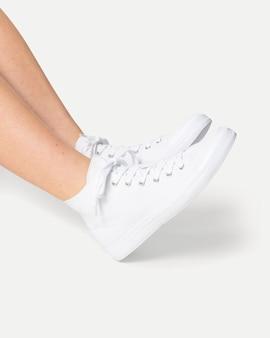 Sneakers bianche da allenamento unisex sportswear fashion shooting