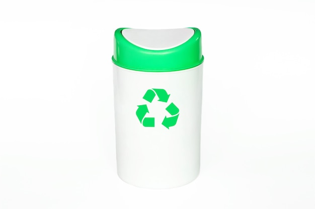 Белый мусорный бак с зеленой крышкой с символом рециркуляции, изолированным на белом фоне.
