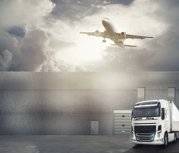 インターチェンジポートの前庭にある白いトラックは、商品を積み込んで目的地に到着する準備ができています。