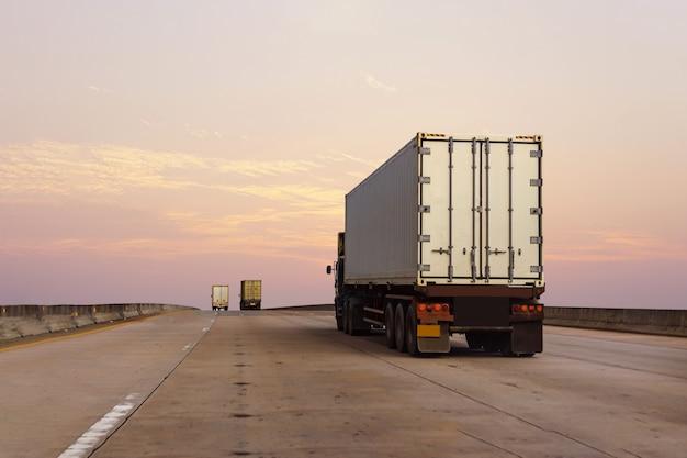 컨테이너와 고속도로로에 흰색 트럭