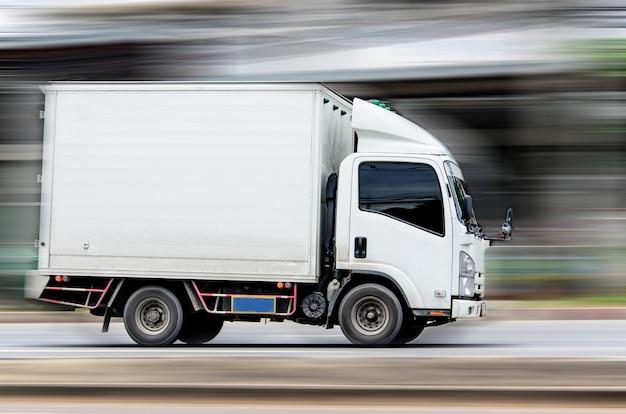 속도로 도로를 달리는 흰색 트럭.