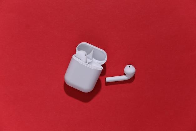 充電ケース内の白い真のワイヤレスbluetoothヘッドフォンまたはイヤフォン