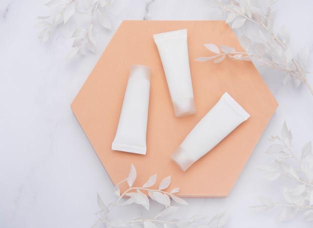 흰색 잎 크림 장식 분기의 흰색 튜브