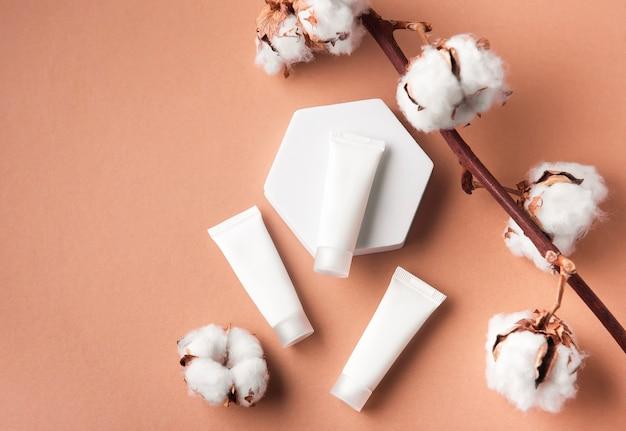 茶色の背景にクリームの白いチューブ