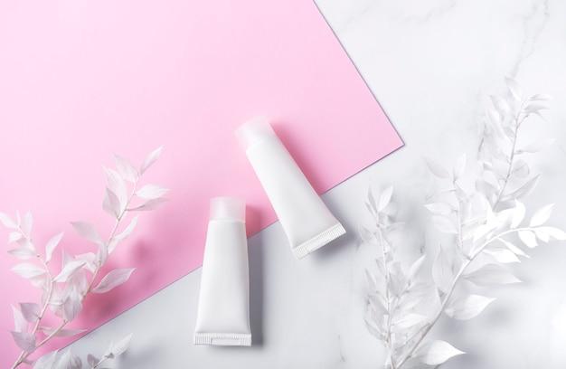 대리석과 분홍색 벽에 크림의 흰색 튜브와 흰색 잎 장식 지점