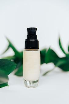 Белые тюбики с косметическим кремом, здравоохранение
