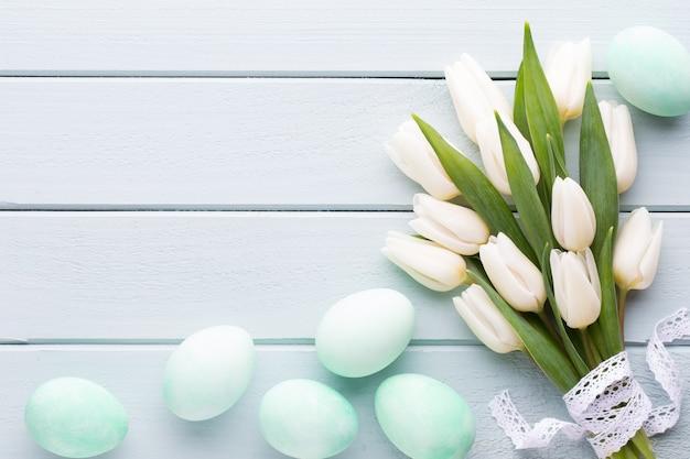 Белые тюльпаны, подарки на сером