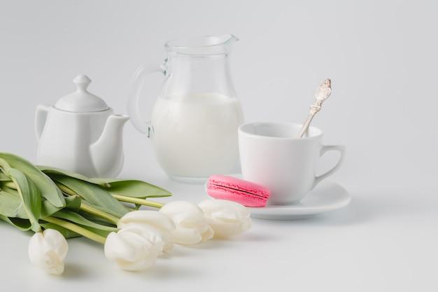 お茶とお菓子の白いチューリップ