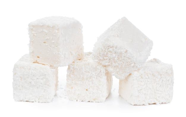 Белый рахат-лукум с кокосовой стружкой, изолированные на белом