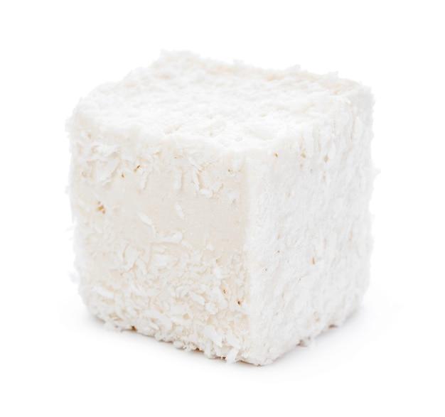Белый рахат-лукум с кокосовой стружкой, изолированные на белом фоне