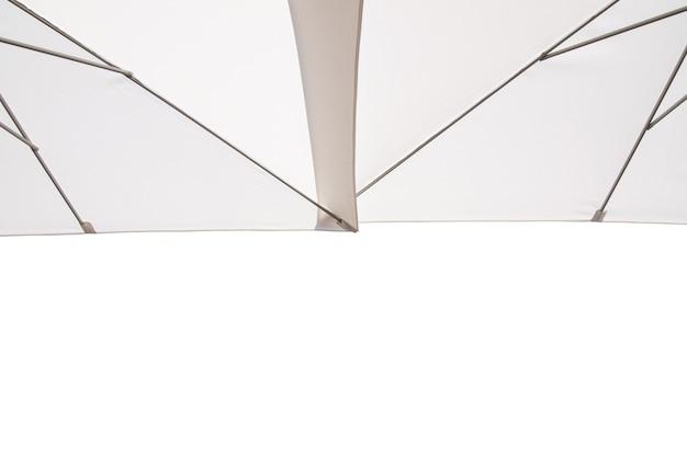 Белый зонт, изолированные на белом фоне. обтравочный контур включен в это изображение.