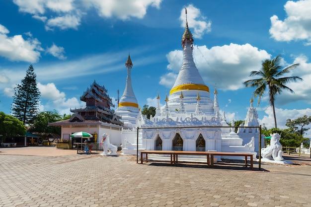 태국 매홍손(maehongson)의 왓 프라 탓 도이 공무(wat phra that doi gongmoo) 랜드마크에 있는 흰색 독특한 탑.