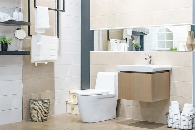 Белый писсуар и умывальник и душ в ванной комнате из гранита