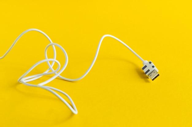 Белый usb micro кабель, изолированный на желтом