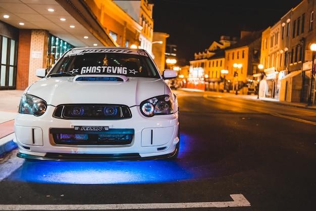 道路に駐車した白い車