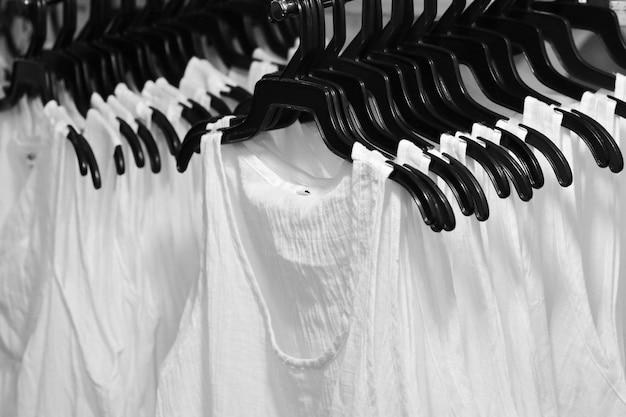 Белый жилет в магазине тканей