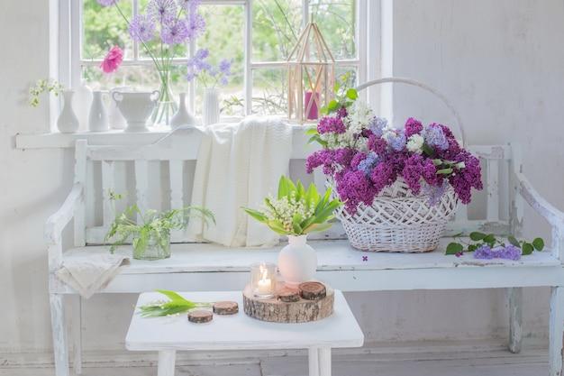 Белый винтажный интерьер с цветами