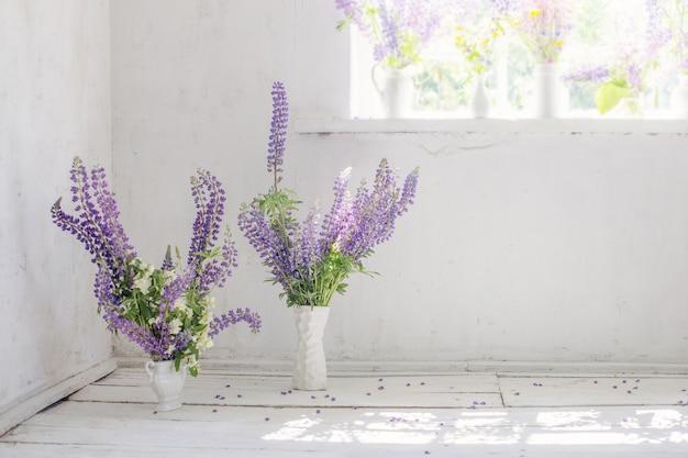 Белый старинный интерьер с цветами