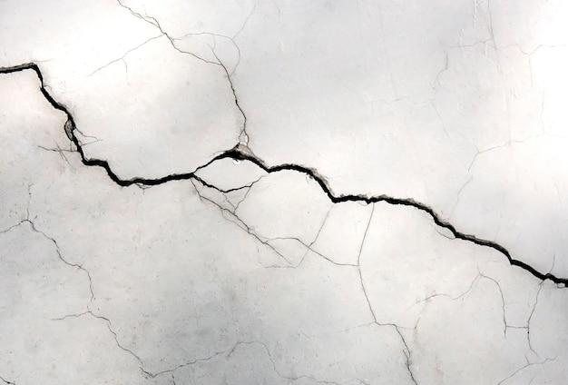 균열이있는 흰 벽