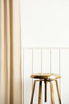 황금 의자와 커튼 럭셔리 인테리어가 있는 흰색 벽