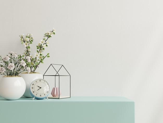 관상용 식물과 장식 항목이있는 흰 벽