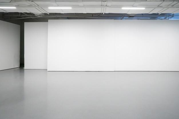 Белые стены и серые цементные полы во внутреннем пространстве