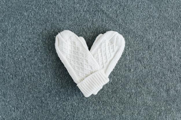 회색 격자 무늬에 흰색 따뜻한 니트 장갑