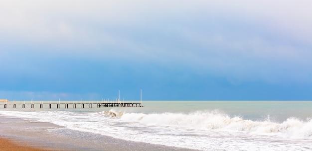Белые волны средиземного моря на берегу.