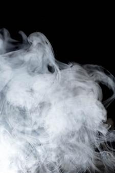 Белый волнистый дым на черном фоне