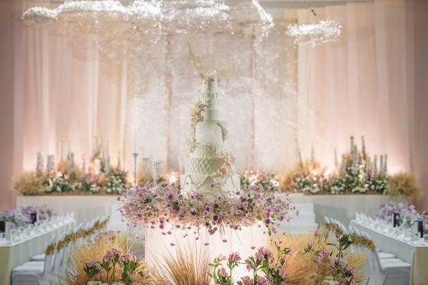 꽃과 하얀 웨딩 케이크
